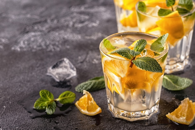 Acqua infusa di frutta cocktail fatta in casa limone