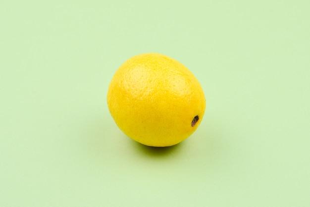 Limone isolato su sfondo verde. spazio per test o progettazione.