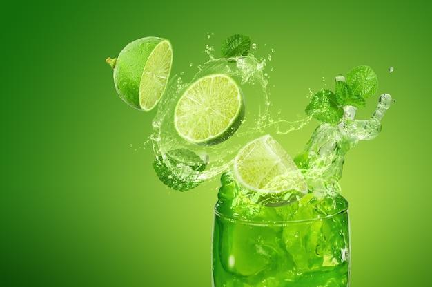 Spruzzi di succo di limone isolato su verde con foglie di menta.