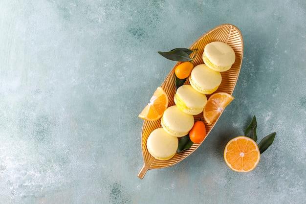 Amaretti al limone con frutta fresca.