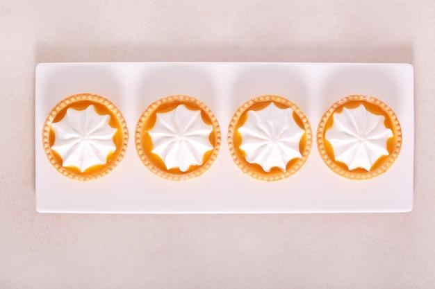 Mini crostate di meringa al limone su piastra