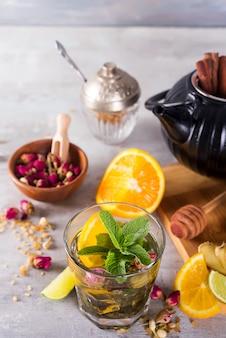 Bevanda rinfrescante della bevanda del cocktail ghiacciato del tè della menta di limone in un vetro su un tavolo di pietra per i giorni di estate