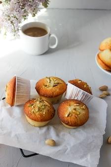 Muffin al limone spolverati con granella di pistacchi.