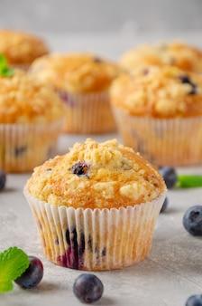 Muffin al limone con mirtilli e shtreisel con frutti di bosco freschi con sfondo sfocato