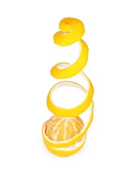 Scorza di limone isolata su sfondo bianco