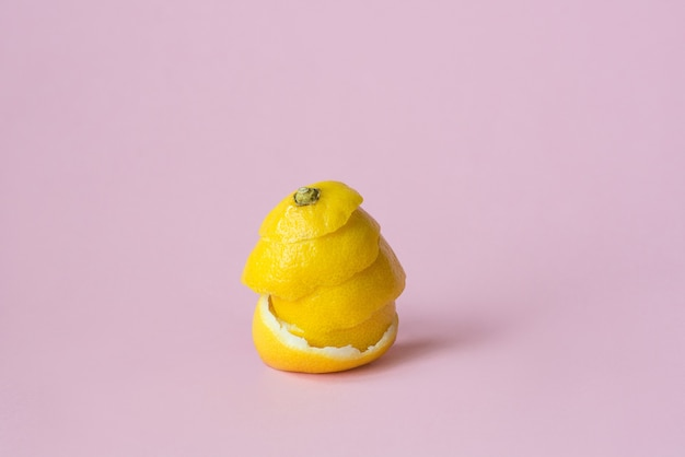 Scorza di limone su sfondo rosa come simbolo dell'economia di circolazione del riciclaggio