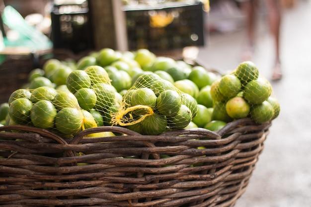 Limone in vendita alla fiera popolare messa a fuoco selettiva