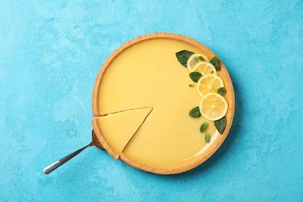 Crostata e spatola del limone su fondo blu, vista superiore