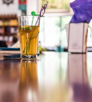Tè al limone con soda, acqua da bere salutare