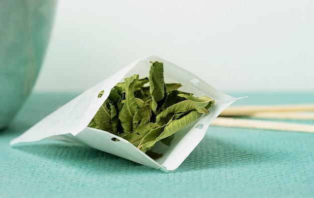 Tè alla verbena di limone in bustina di tè fatta a mano. avvicinamento