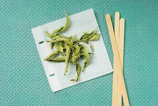 Tè alla verbena di limone in bustina di tè fatto a mano. vista dall'alto. lay piatto