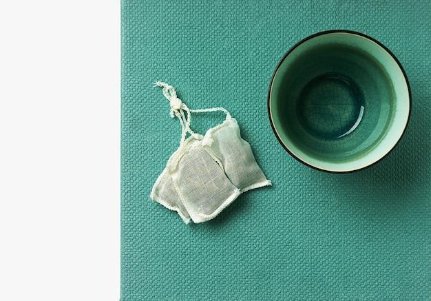 Tè alla verbena al limone in bustina e tazza vuota. vista dall'alto. lay piatto
