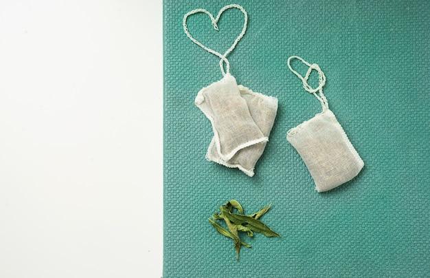 Tè al limone verbena in bustina con cordino a forma di cuore. vista dall'alto. lay piatto