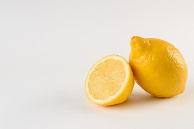 Limone con gocce d'acqua sulla superficie bianca