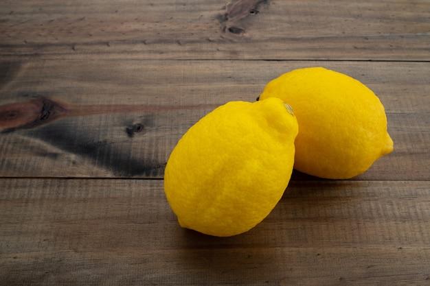Limone su legno