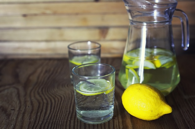Limonata in caraffa al limone