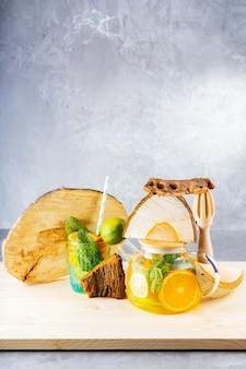Limonata a base di acqua, limone, arancia e foglie di menta in una teiera trasparente