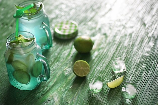 Limonata di lime e menta in un barattolo di vetro su un tavolo