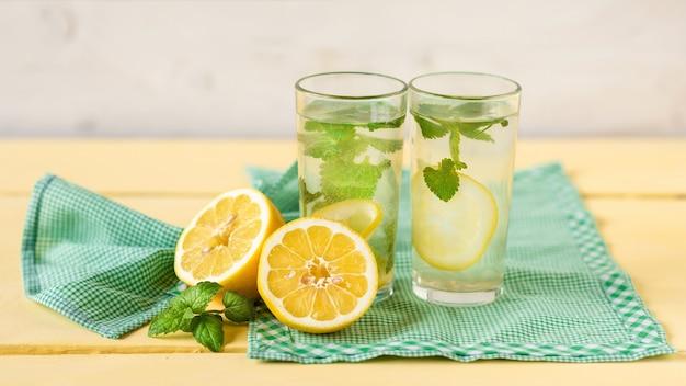 Limonata in bicchieri di vetro per due
