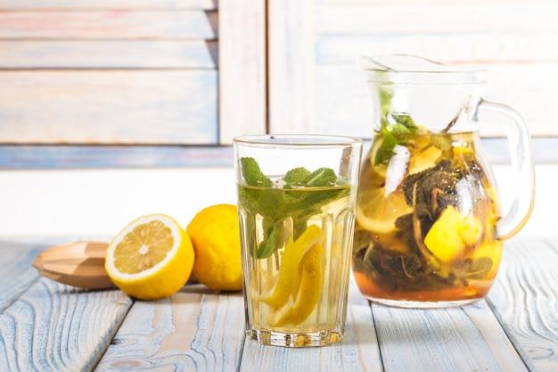 Limonata sul tavolo in cucina