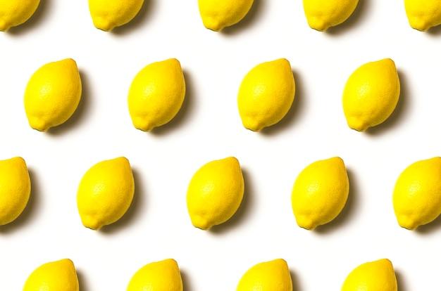 Limoni con ombra su uno sfondo bianco