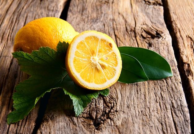 Limoni. su una tavola di legno.