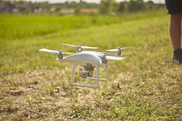 Lendinara , italia 24 marzo 2020: drone dji phantom in azione pilotato da un ragazzo