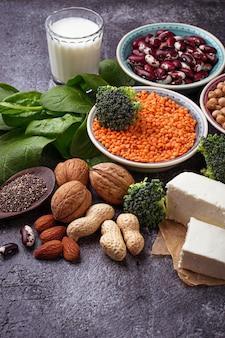 Lenticchie, ceci, noci, fagioli, spinaci, tofu, broccoli e semi di chia.