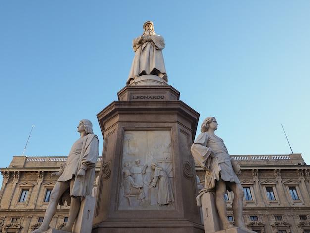 Monumento a leonardo da vinci a milano