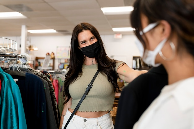 Coppia lesbica che compra vestiti, negozio di moda sostenibile