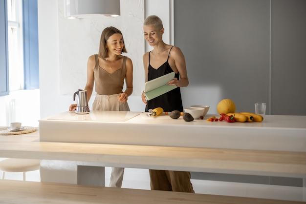 Coppia lesbica che cucina sana a casa