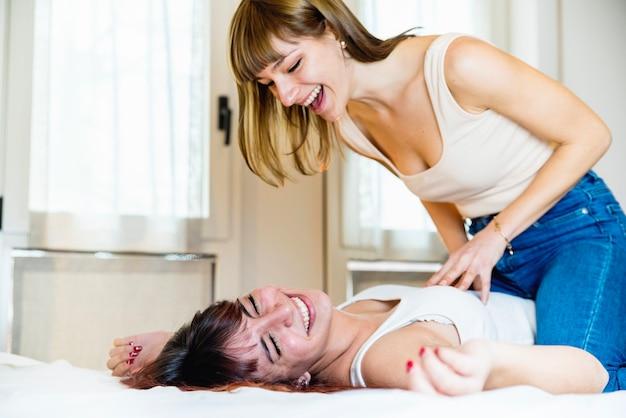 Coppia lesbica divertendosi sul letto