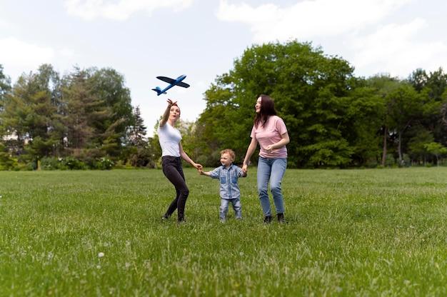 Coppia lesbica che trascorre del tempo con il figlio nel parco