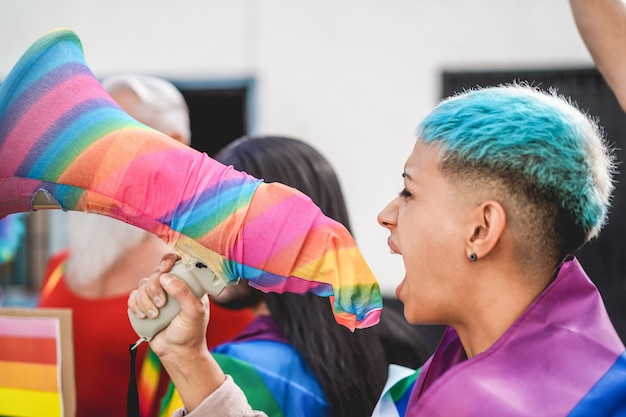 Dimostrante lesbica che urla alla protesta dell'orgoglio lgbt per i diritti di uguaglianza - focus principale sul megafono