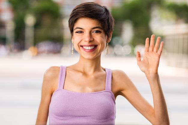 Maschiaccio lesbico che guarda la telecamera agita la mano giovane donna ispanica che sorride sullo zoom della tecnologia di conversazione