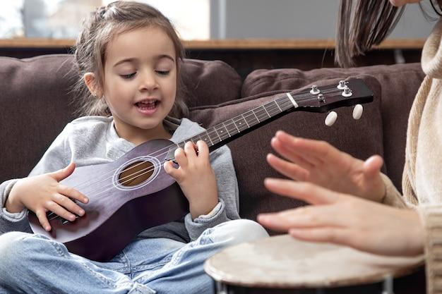 Lezioni su uno strumento musicale. sviluppo dei bambini e valori della famiglia. il concetto di amicizia e famiglia dei bambini.