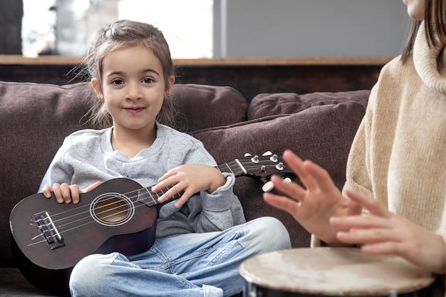 Lezioni su uno strumento musicale. sviluppo dei bambini e valori della famiglia.