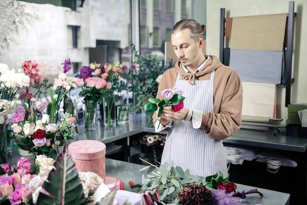 Consente di comporre. designer professionista che utilizza piante durante la composizione di ikebana