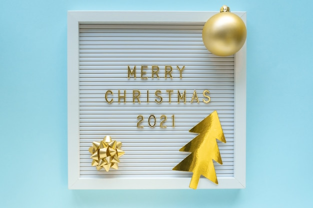 Lavagna da lettere con auguri di buon natale, decorazioni su sfondo girly pastello blu
