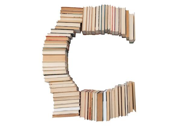 Lettera c fatta di libri isolati su bianco