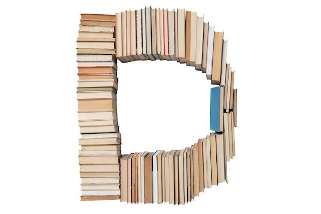 Lettera d fatta di libri isolati su bianco