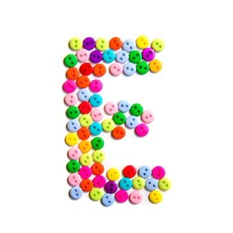 Lettera e dell'alfabeto inglese da un gruppo di piccoli pulsanti colorati su fondo bianco