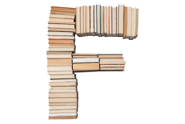 Lettera f fatta di libri isolati su bianco
