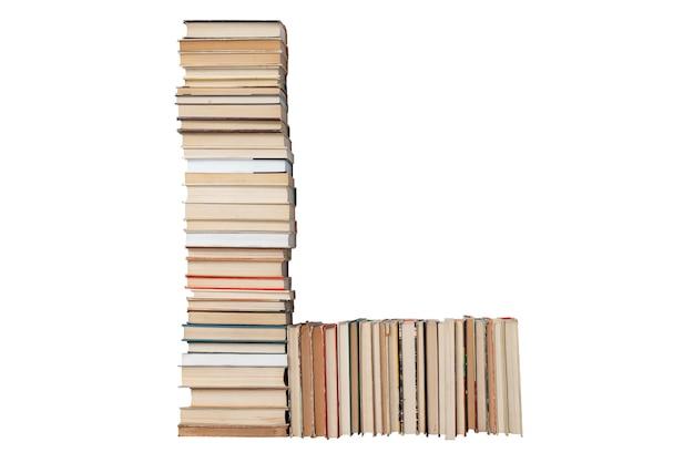 Lettera l fatta di libri isolati su bianco