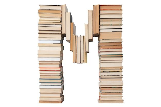Lettera m fatta di libri isolati su bianco