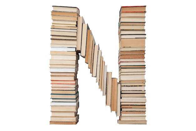 Lettera n fatta di libri isolati su bianco