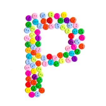 Lettera p dell'alfabeto inglese da un gruppo di piccoli pulsanti colorati su fondo bianco