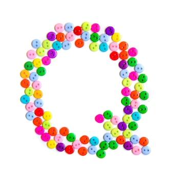 Lettera q dell'alfabeto inglese da un gruppo di piccoli pulsanti colorati su fondo bianco