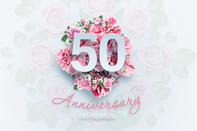 Lettering 50 numeri e testo celebrazione anniversario su fiori rosa.
