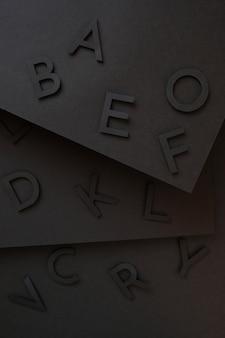 Lettering nero carino da carta su sfondo nero